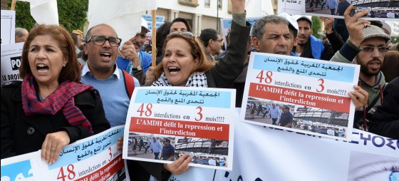 Un grupo de activistas protesta junto al Parlamento marroquí por las restricciones a las ONG, el 16 de noviembre en Rabat / FADEL SENNA (AFP)