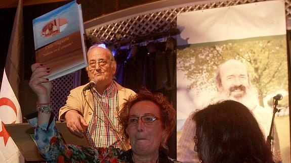 Toñi Arranz, compañera de Yuguero, muestra un obsequio que le hicieron durante el homenaje. / Rosa Blanco