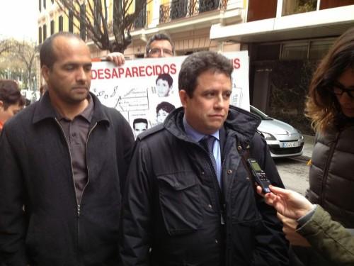 Selma, junto al abogado de la querella contra los 11 altos cargos militares marroquíes, Manuel Ollé. / M. S.