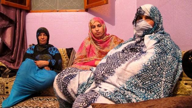 De izquierda a derecha, Fátima Hamimid Aza Amidan y Rabab Lamin, tres integrantes del Foro para el Futuro de la Mujer Saharaui, en un lugar de El Aaiún sin especificar. Crédito: Karlos Zurutuza/IPS