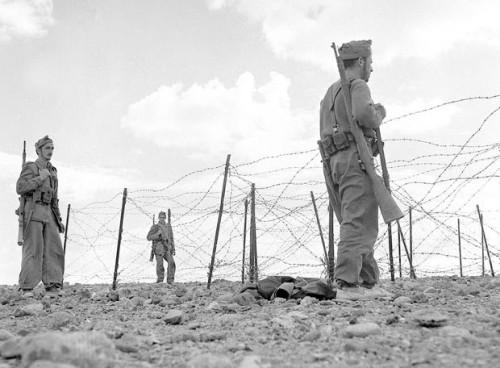 """Tropas españolas en el Sáhara (foto de EFE). El Ejército configuró el verdadero poder allí, un """"búnquer de arena"""" según el autor."""