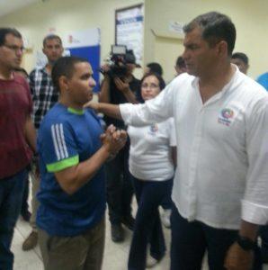 Mohamed, médico saharaui saudando o Presidente do Equador Rafael Correa, dia 17 de Abril 2016 no local do sismo