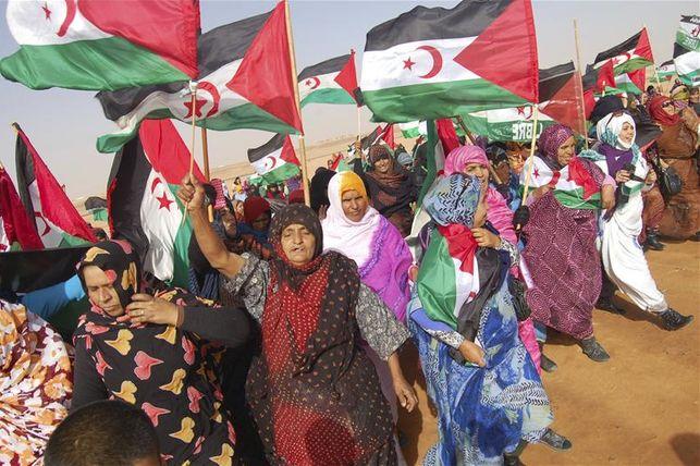 Mujeres saharauis ante la base de ACNUR en Rabuni, capital administrativa de los campamentos de refugiados saharauis en el desierto argelino. EFE